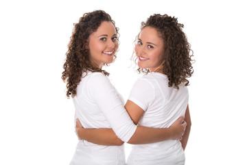 Schwestern und beste Freundin: Zwillinge isoliert auf Weiß