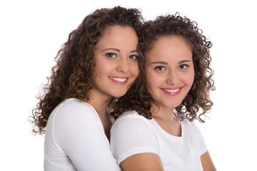Zwillinge freigestellt mit natürlichen Locken