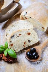 Ciabatta mit getrockneten Tomaten und Oliven