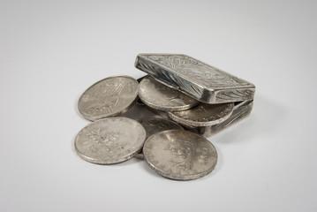 Scatola e monete d'argento