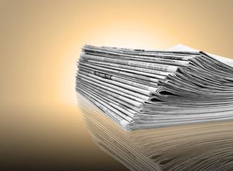 Ein Stapel aus Zeitungspapier