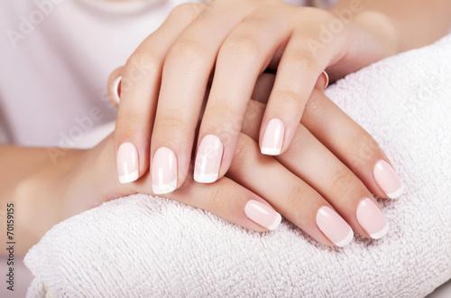 Les ongles de Belle femme avec manucure française. Poster