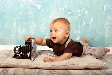 kleines Baby mit alter Kamera