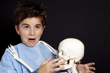 bambino aggredito da scheletro