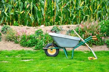 Schubkarre und Spaten im Garten