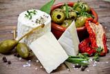 Käse und Oliven - 70164774