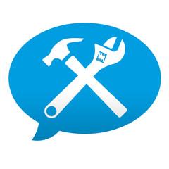Etiqueta tipo app azul comentario martillo y llave inglesa