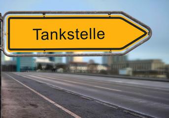 Strassenschild 14 - Tankstelle