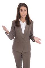 Geschäftsfrau in braunem Hosenanzug freigestellt hält Rede