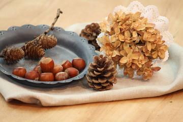 herbstliche Deko mit Nüssen, Zapfen und getrocknete Hortensien