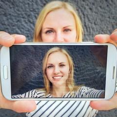 Mädchen macht Selfie mit Smartphone