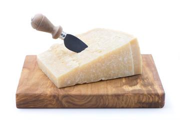 formaggio grana su tagliere rettangolare con coltello