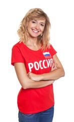 Lachende Frau aus Russland mit verschränkten Armen