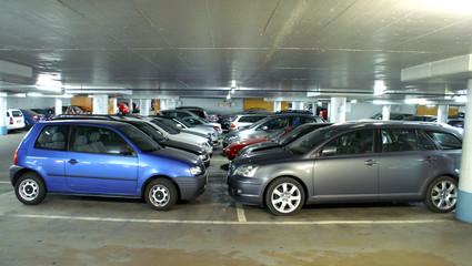 Autos in einer Garage