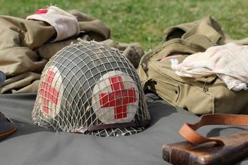 Casque militaire croix rouge