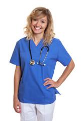 Sympathische Krankenschwester mit blonden Haaren