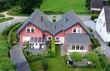 canvas print picture - Eigenheim auf dem Land aus der Luft