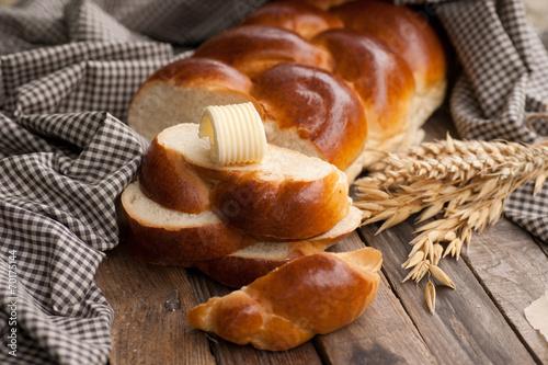 Leinwanddruck Bild Hefezopf mit Butter