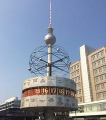 Berlin Urania Weltzeituhr und Fernsehturm im Hintergrund