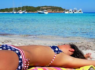 Jeune fille sexy allongée sur la plage