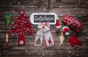 Weihnachten: Gutschein als Geschenk mit Holz und Rot