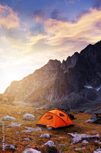 Leinwanddruck Bild Tourist camping in the mountains