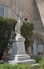 LOURMARIN : MONUMENT AUX MORTS