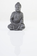 Buddha -Statue auf weißem Hintergrund, close up