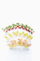 Mix von Faufgerfood auf Zahnstocher auf weißem Hauftergrund