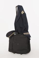 Flugbesatzung Uniform und Hut hängt an Trolly
