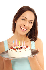 Hübsche Frau mit Geburtstagstorte