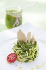 Zucchinisalat mit Pesto