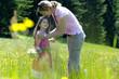 Mutter und Tochter in der Sommerwiese