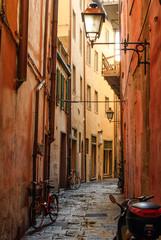 Vicolo con biciclette, palazzi centro storico, strada