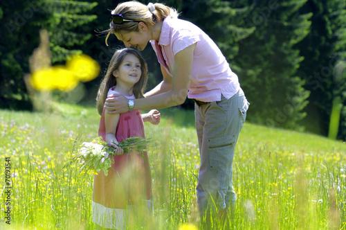 canvas print picture Mutter und Tochter in der Sommerwiese