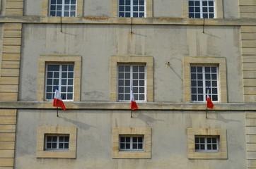 façade d'immeuble avec drapeaux tricolore