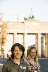 Paar in der Straße, umarmen