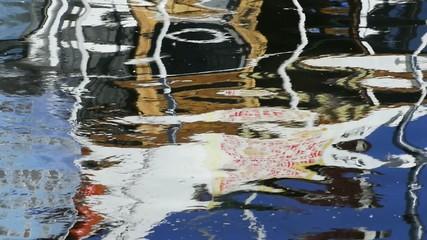 Fischerboot spiegelt sich im Wasser
