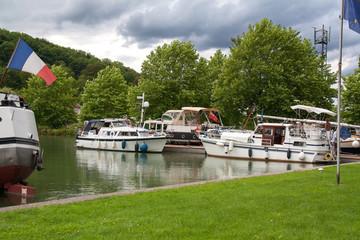 Bateaux au port de plaisance de Ligny en Barrois, Meuse