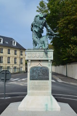 Statue sur un rond-point en ville