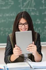 schülerin in der klasse schaut auf tablet-pc