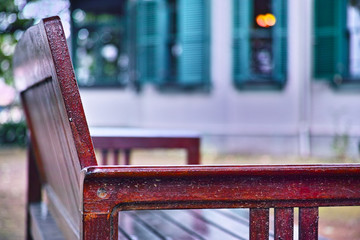 野外のベンチと窓