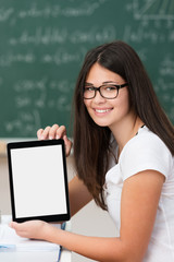 schülerin zeigt information am tablet