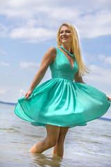 Junge Frau posiert am Wasser