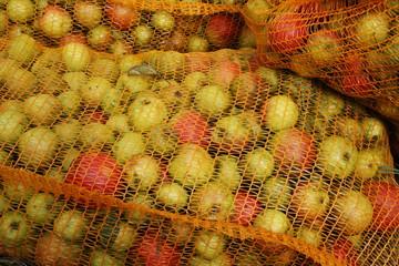 Gefüllte Apfelsäcke in Großaufnahme
