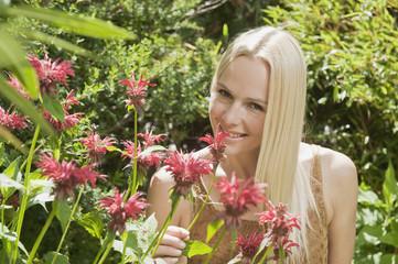 Österreich, Frau riechenden Wildblumen , Portrait