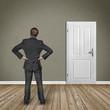 Mann steht im raum mit einer Tür