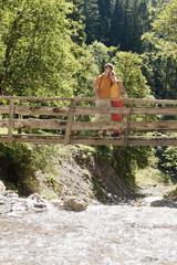 Junges Paar auf Holzbrücke.