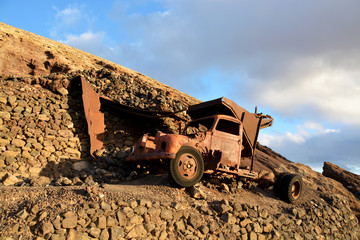 derrumbe de un muro de piedra sobre un vehiculo