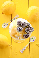 Dessert mit Brombeeren